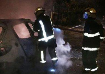 Anoche  se produjo un  incendio en  un automóvil peugeot 206   color blanco intervinieron Bomberos y la comisaria sexta