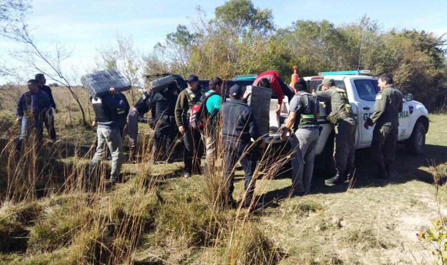 Efectivos de Gendarmería  en el secuestro de  mil kilos de marihuana  esparciado en un campo